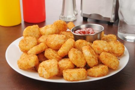 papas doradas: Hash tortas fritas marrones con salsa de tomate