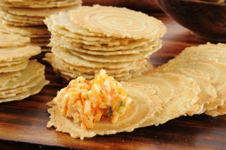 Gouda et fromage à tartiner sur du piment crispbreads poivre concassé Banque d'images - 18049817