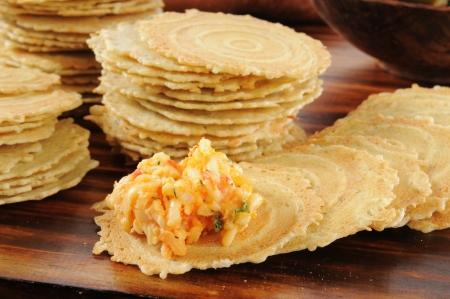 galletitas: Gouda y propagaci�n pimento queso en pan crujiente pimienta molida