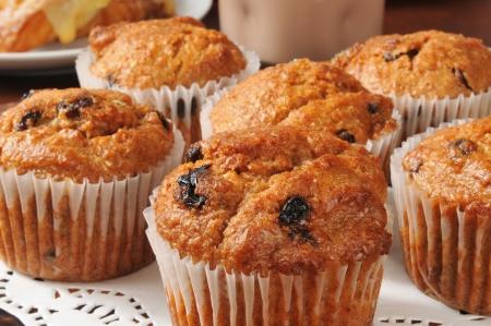 Primo piano di muffin di crusca con uvetta Archivio Fotografico