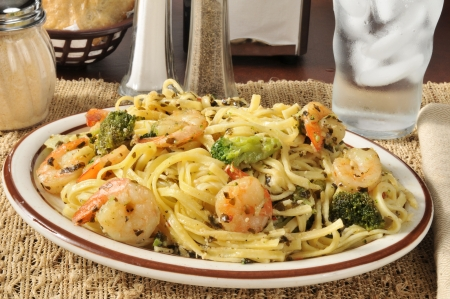 Garnalen scampi over linguine met broccoli Stockfoto