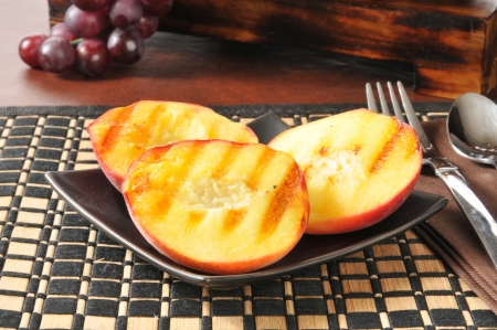A plate of grilled peaches, a summertime food favorite Standard-Bild