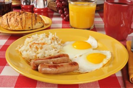 papas doradas: Salchicha y huevo del desayuno con croquetas de patata y un croissant de chocolate relleno