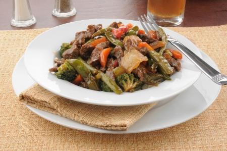Een kom van Chinees rundvlees roerbak