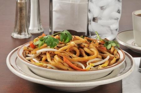 Gekarameliseerde noedels met champignons en groenten