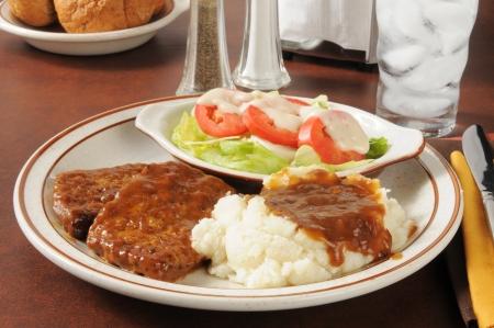 Pastel de carne con puré de patatas y salsa