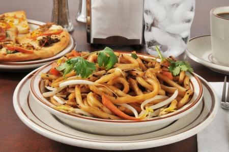 Een kom van Japanse pan noedels met flatbread hapjes