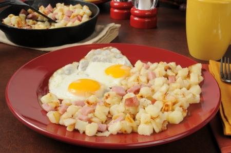 papas doradas: Hash browns estilo sure�o con jam�n y huevos en cubos