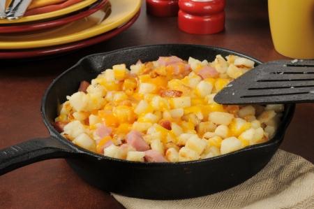 papas doradas: Estilo papas hash brown sur con taquitos de jamón y queso cheddar