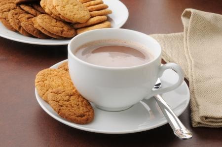 Een kop warme chocolademelk met citroen en gember snaps