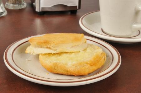 Vers gebakken karnemelk koekje met boter