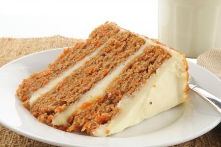 Een gelaagde carrot cake met een glas melk