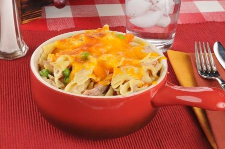 queso cheddar: Cazuela de at�n con queso cheddar en una vasija de cer�mica Foto de archivo