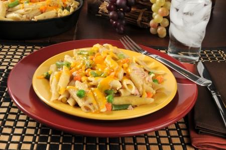 macarrones: un plato de guiso de atún con queso cheddar