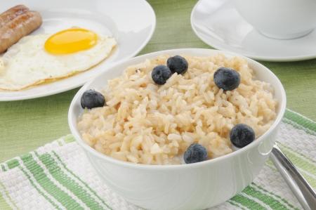 소시지와 계란, 쌀과 우유의 그릇