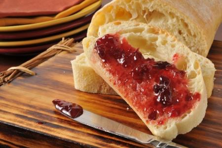 Vers gesneden brood met aardbeienjam