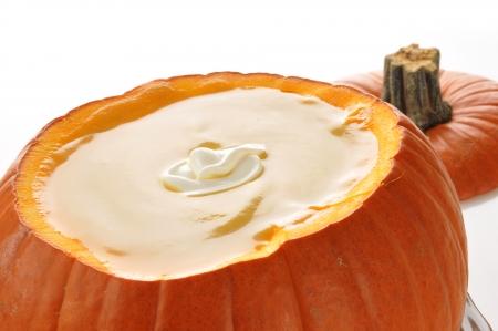 白い背景にカボチャをにて、カボチャ、バターナット スカッシュのスープ