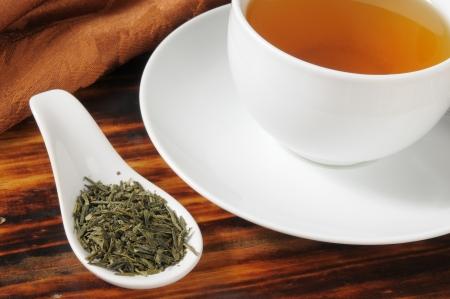 loose leaf: Hojas sueltas de t� verde org�nico en una cuchara de muestra