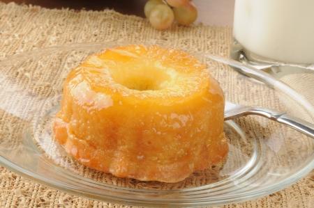 cabeza abajo: Un mini pastel de piña al revés con la leche Foto de archivo