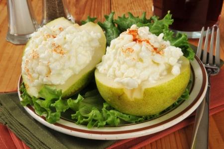 梨半分にカッテージ チーズの健康的な食事ランチ