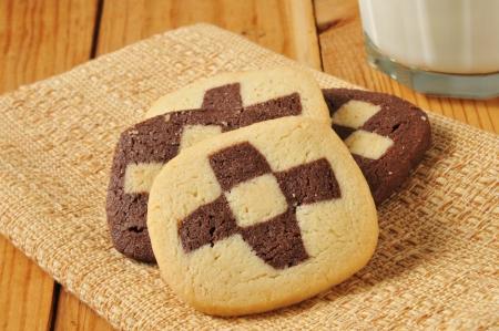 checker board: Las cookies del Sitio Checker en una servilleta con leche