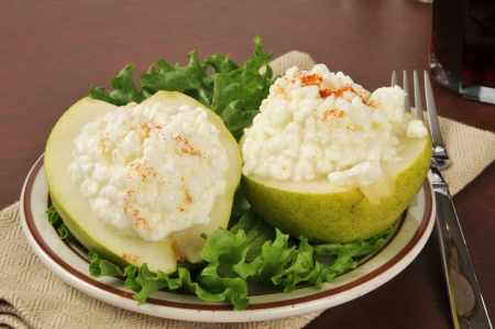 パプリカと pear 半分のカッテージ チーズ