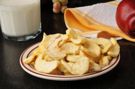 우유 한 잔 함께 말린 된 사과 슬라이스의 건강 한 간식 스톡 콘텐츠