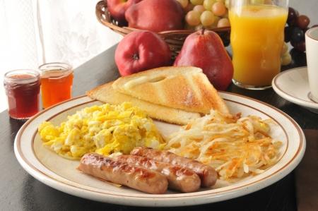 Link worst met roerei, opgebakken aardappels en toast
