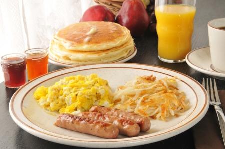 papas doradas: Salchichas y huevos revueltos con croquetas de patata y tortitas