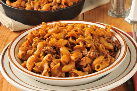 skillet: Chili macaroni with a cast iron skillet in the background Stock Photo