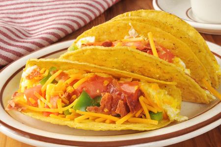 huevos revueltos: Tocino tacos de desayuno iwth, huevos y pimientos verdes revueltos Foto de archivo