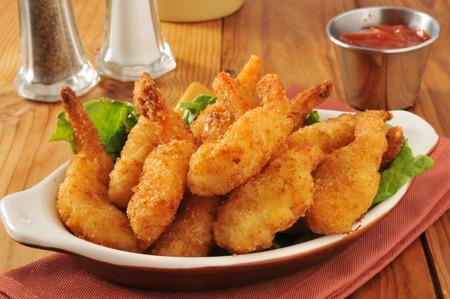 camaron: Profunda camarones mariposa frito en un plato con salsa de c�ctel