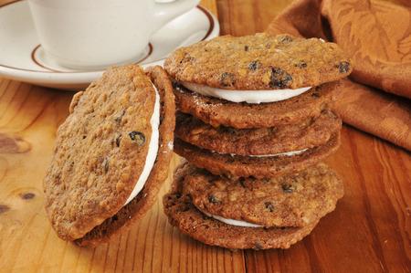 Room gevulde havermout melasse sandwich koekjes met rozijnen