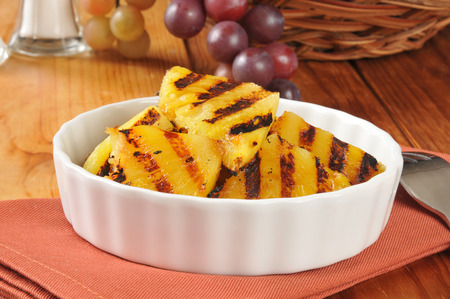 A bowl of grilled pineapple silices, a summertime treat Zdjęcie Seryjne