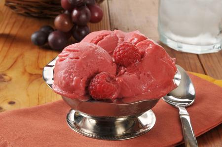 sorbet: Srebrny służąc sorbetem malinowym danie lub sorbet na drewnianym stole