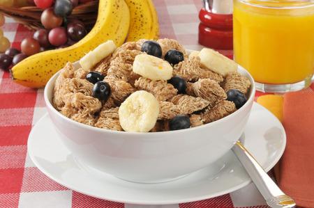 바나나와 블루 베리가 포함 된 유기농 밀 시리얼 스톡 콘텐츠 - 29449144