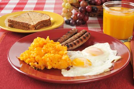 papas doradas: Enlace salchichas y huevos fritos con croquetas de queso de hash