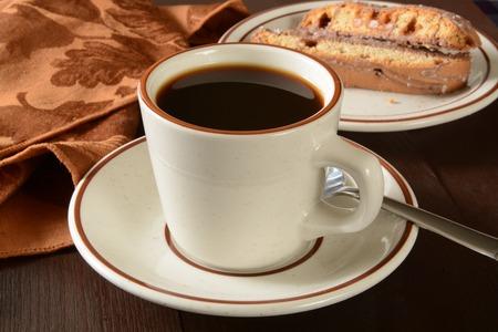 Een kopje zwarte koffie met gezouten karamel biscotti