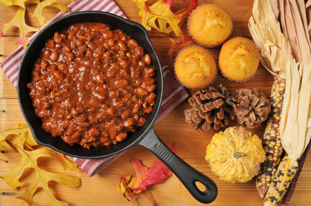 cornbread: A cast iron skillet of chili con carne with cornbread muffins, shot from a high angle view Stock Photo