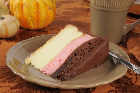 napoletana: Una fetta di cheesecake ricca napoletana su una tabella di festa