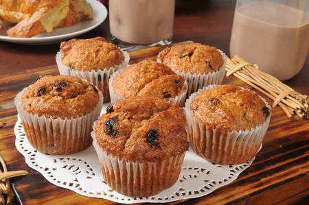 Healthy bran and raisin muffins with chocolate milk 版權商用圖片