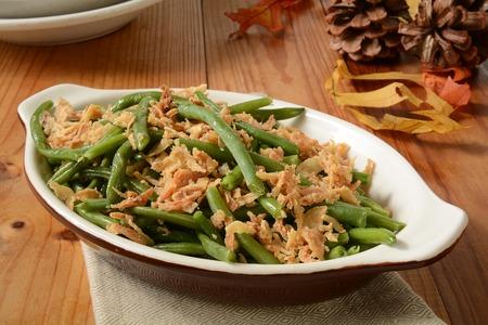 �beans: Cortadas jud�as verdes fritas con cebolla frita crujiente en una peque�a cazuela, un alimento tradicional de vacaciones