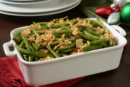 A green bean casserole with crispy fried onions Imagens
