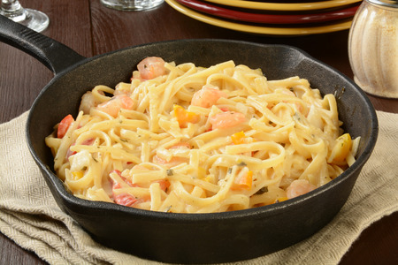 cast iron red: Shrimp scampi and linguine in a cast iron skillet Stock Photo