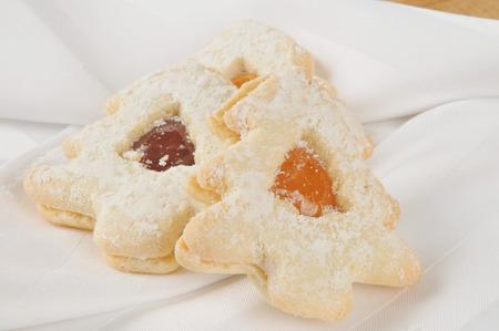 Gourmet shortbread kerstboom koekjes gevuld met jam Stockfoto