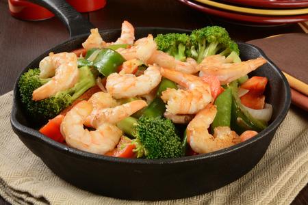 Shrimp stir fry in a cast iron skillet Imagens