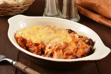 Un plato de queso parmesano de berenjena con carne