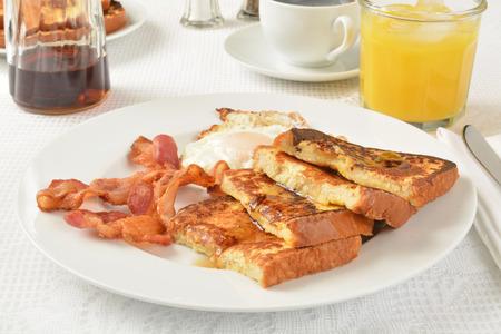 Pan francés con tocino y un huevo frito Foto de archivo - 36246687