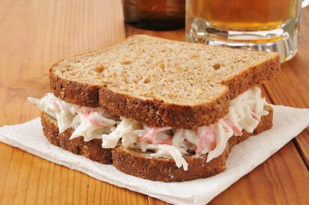 cangrejo: Un s�ndwich de ensalada de cangrejo con una jarra de cerveza