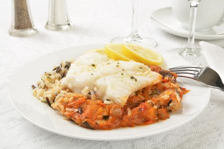 Bacalao provenzal en el arroz salvaje con Ratatouille y limón Foto de archivo - 38732753